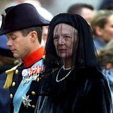 10. November 2000: Ein schwarzer Tag für die Dänen: Königin Margrethe trägt unterstützt von ihrer Familie ihre Mutter Ingrid auf
