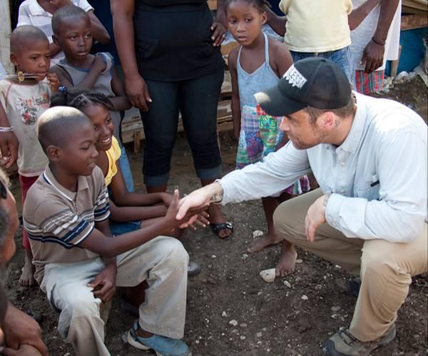 Als UNICEF-Botschafter schaut sich Robbie Williams persönlich die Lage der haitianischen Kids in Pinchinat an.