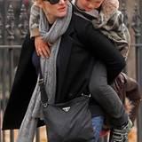 23. November 2010: Kate Winslet trägt ihren Sohn ALfie Huckepack durch das West Village in New York City.