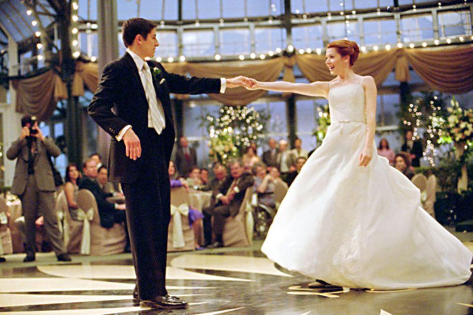"""Im schlicht-geschnittenen Spaghettiträger-Brautkleid von Michelle (Alyson Hannigan) in """"American Pie - Jetzt wird geheiratet"""" (2"""