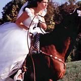 """Praktisch: In Julia Roberts' floral detailliertem Hochzeitskleid im Film """"Die Braut, die sich nicht traut"""" kann man auch reiten."""