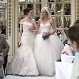 """In """"Bride Wars"""" mit Anne Hathaway und Kate Hudson aus dem Jahr 2009 kann man sich für die Wahl seines Hochzeitskleides eine Meng"""