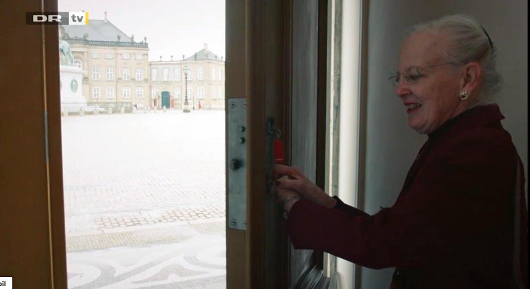 Königin Margrethe öffnet Türe und Tore zu ihren Schlössern - sehr zur Überraschung der auf dem Schlossplatz befindlichen Dänen.