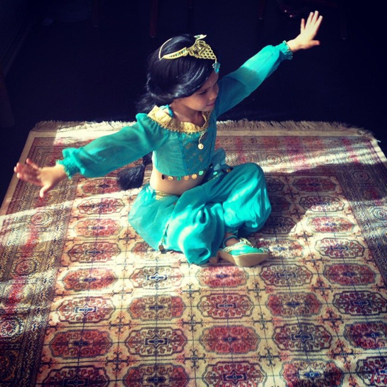 """30. Oktober 2014  Wer sitzt auf dem fliegenden Teppich und versucht davonzufliegen? Es ist """"Prinzessin Jasmin"""" aus """"Aladdin""""."""