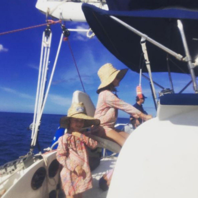16. Juli 2016  So lässt es sich aushalten: Familie Alba macht an diesem herrlichen Sonnentag einen Ausflug mit dem Boot.
