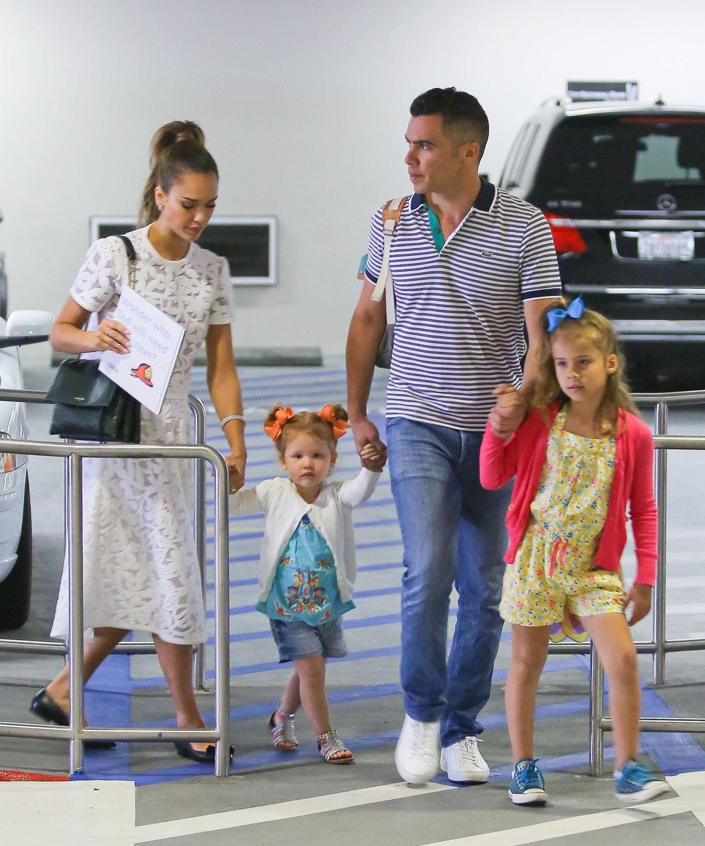 """18. Mai 2014  Jessica Alba und Cash Warren besuchen mit Honor und Haven das """"Hammer Museum"""" in Westwood und kommen in der Tiefgarage an."""