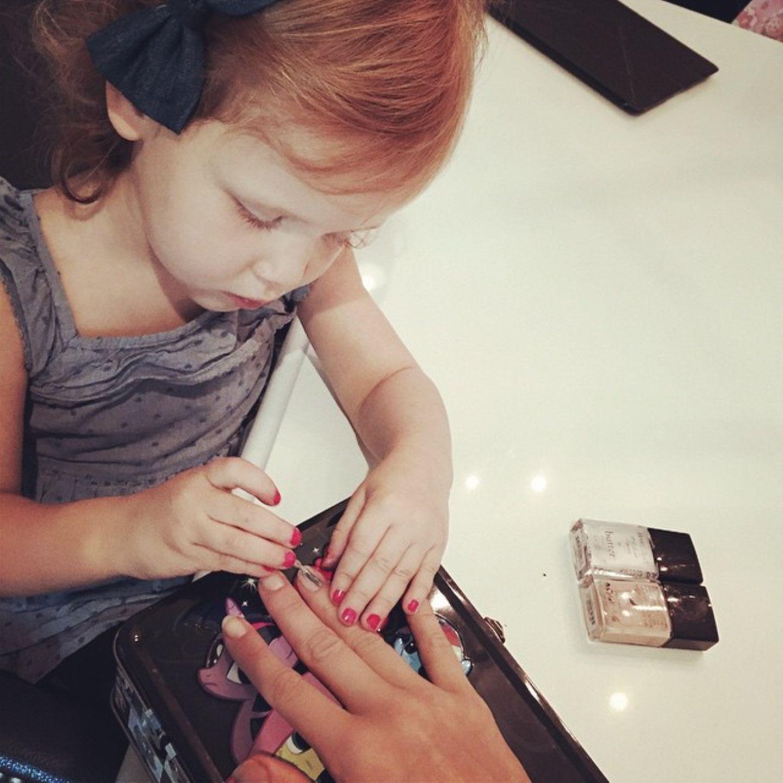 18. Oktober 2014  Wie jedes kleine Mädchen, ist auch Haven von Kosmetik fasziniert. Nachdem sie ihre eigenen Fingernägel aufgehübscht hat, ist jetzt Mama dran.