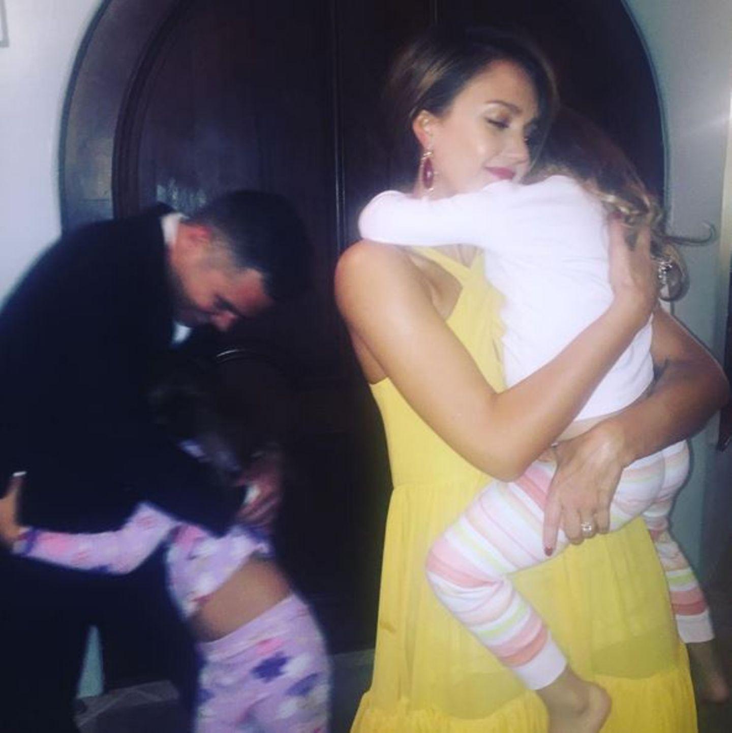 """15. November 2015  Jessica und Cash verabschieden sich von ihren Töchtern Honor und Haven, bevor sie sich auf den Weg zur """"Baby2Baby Gala"""" machen."""