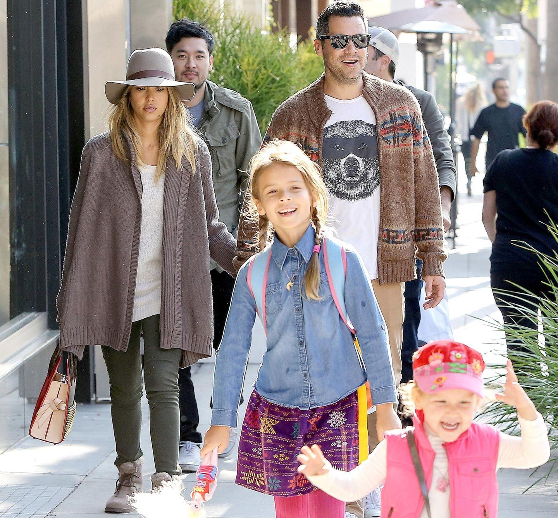 31. Januar 2015  Honor und Haven laufen bei einem Spaziergang vorneweg, während die Eltern, Jessica Alba und Cash Warren Händchen haltend den hüpfenden Kids folgen.