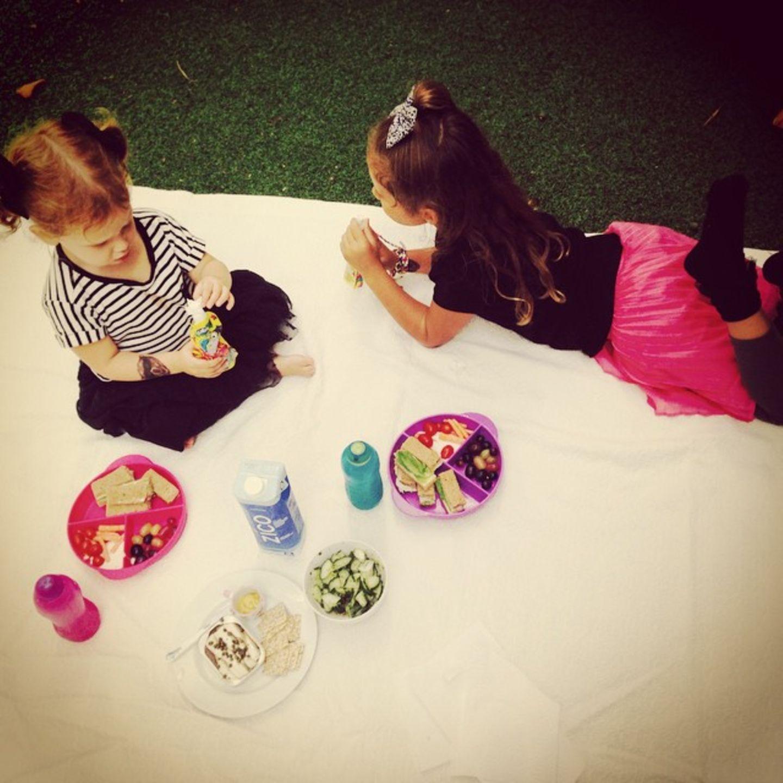 21. September 2014  Honor und Haven machen es sich mit einem gesunden Picknick im Garten gemütlich.