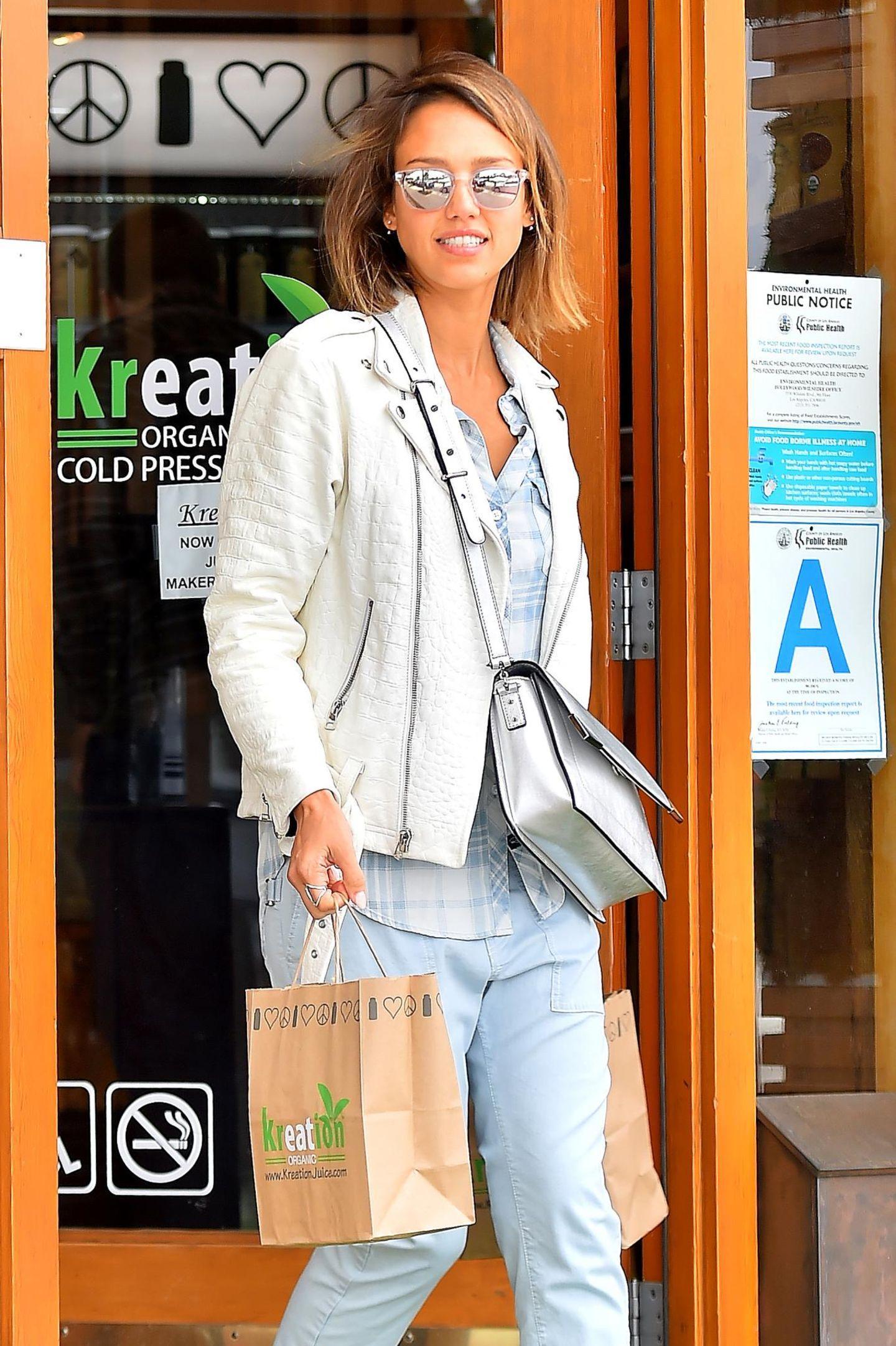 25. April 2015  Drei Tage vor ihrem 34. Geburtstag am 28. April geht Jessica Alba ganz ohne Kinder und Ehemann einkaufen und hat offenbar Spaß dabei.
