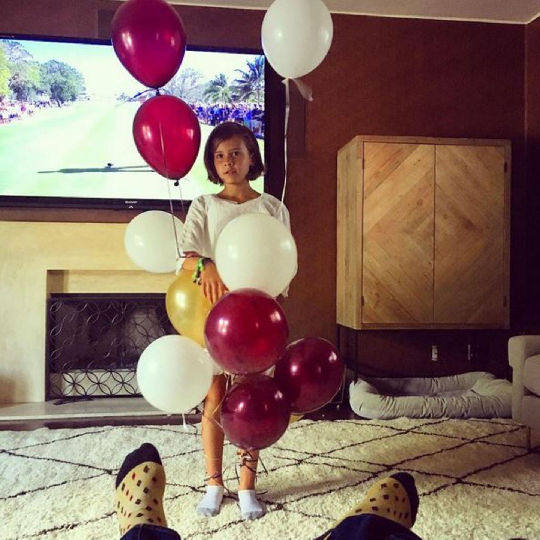 März 2016  Während Papa Cash Warren gemütlich TV guckt, spaziert Tochter Honor mit Luftballons durchs Bild.
