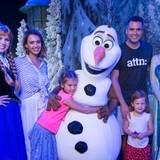 """26. Juni 2015  Familie Alba besucht den """"Frozen""""-Themenpark in Disney World in Florida."""