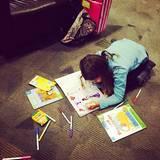 13. Dezember 2014  Auch eine Jessica Alba muss ihre Tochter Honor am Flughafen beschäftigen. Um die Wartezeit zu verkürzen, darf Honor malen.