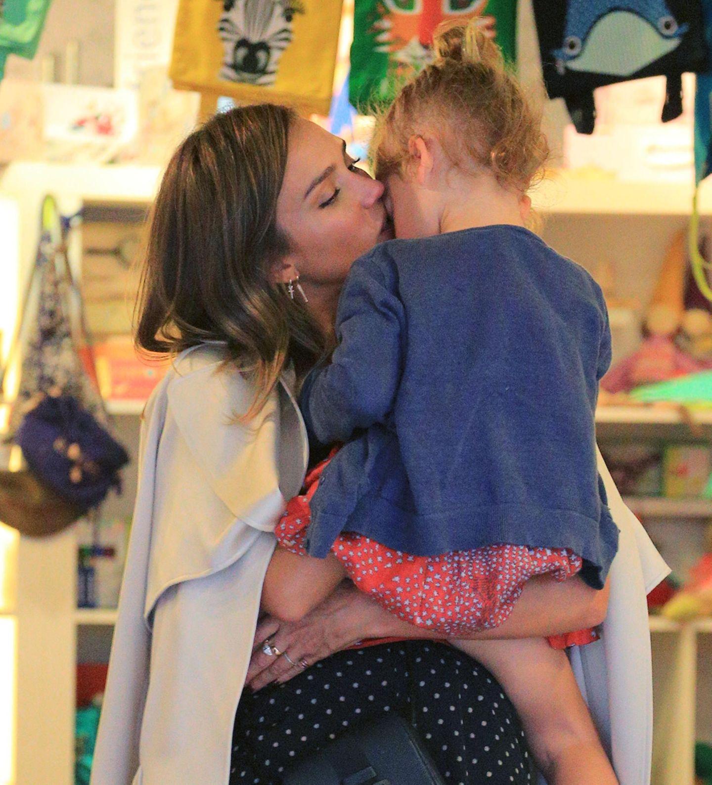 11. September 2015  Jessica Alba und Tochter Haven machen einen gemeinsamen Shoppingbummel in Soho. Zeit für ein Küsschen bleibt da immer.