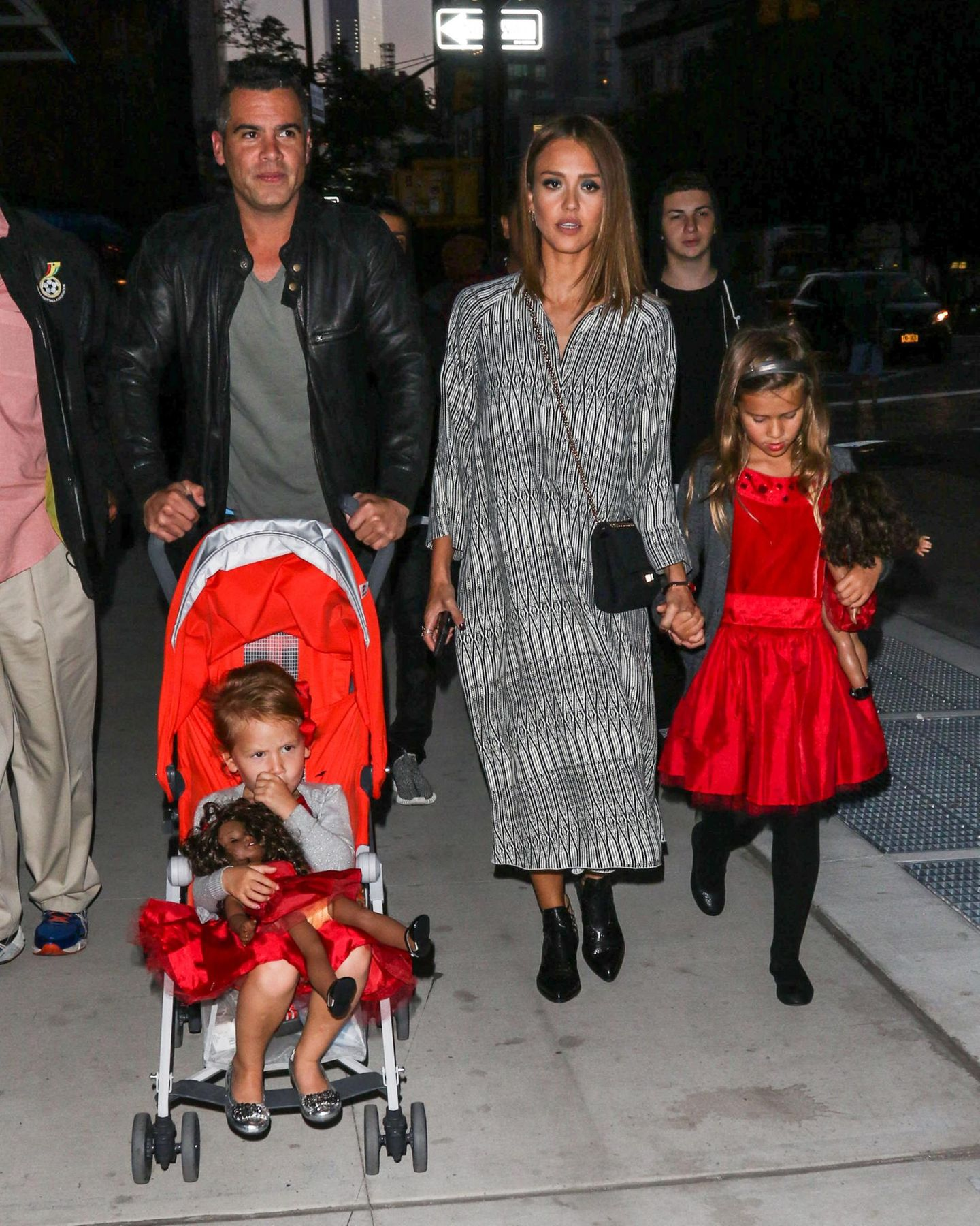 14. September 2015  Farblich aufeinander abgestimmt sind Cash Warren und Jessica Alba mit ihren Töchtern Haven und Honor in New York unterwegs.