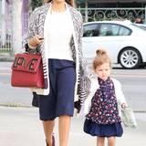 Zwei Style-Queens: Die kleine Haven wandelt in Blau und Weiß ganz auf den Pfaden ihrer stylischen Mama Jessica Alba.