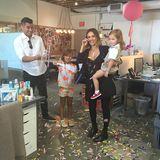 """29. April 2015  Was für eine Überraschung: Zu ihrem Geburtstag wird Jessica Alba in der """"Honest Company"""" von ihrer Familie mit Musik und Luftballons empfangen."""