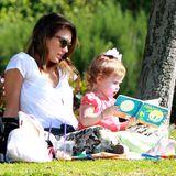 23. Februar 2014  Jessica Alba und ihre Tochter genießen im Coldwater Park in Beverly Hills das gute Wetter. Haven schaut sich gebannt ein Kinderbuch an.
