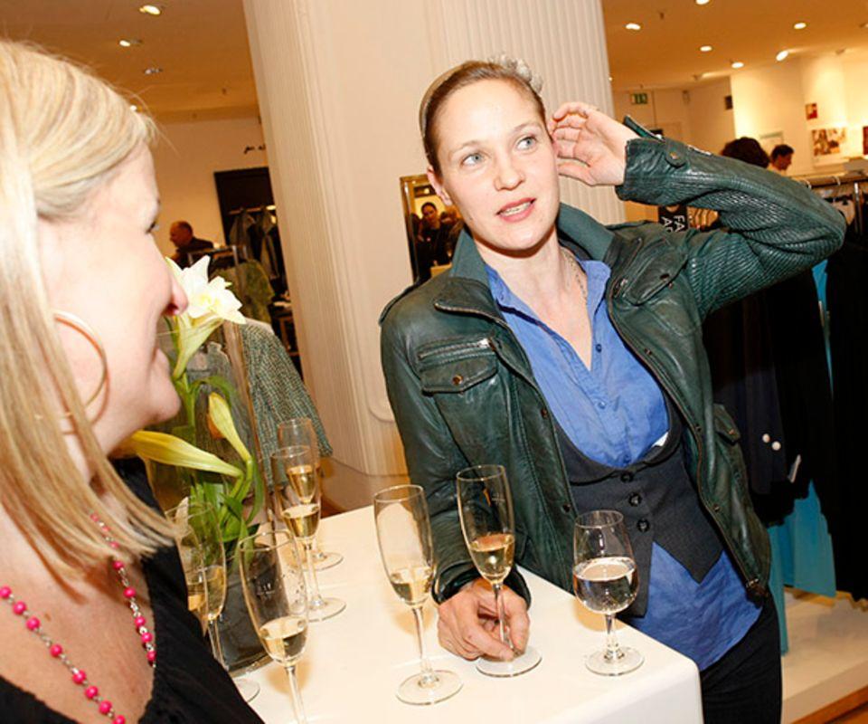 Jeanette Hain stärkt sich zwischendurch mit einem Gläschen Veuve Clicquot.