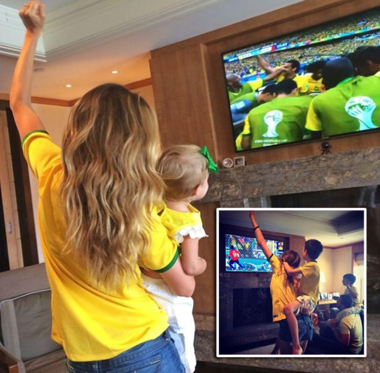 Auch Gisele Bundchen zeigt sich mit ihrer Familie als eingefleischter Fußballfan und jubelt über den Sieg der Selecao.