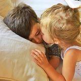 """7. Juni 2015  Gisele Bundchen reagiert wie wahrscheinlich jeder andere auf dieses zuckersüße Bild ihrer Kinder Benjamin und Vivian. """"Mein Herz schmilzt dahin"""", schreibt sie dazu."""