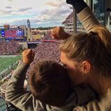 25. Oktober 2015  Sie demonstriert Einheit: Gisele Bundchen feuert mit ihrem gemeinsamen Sohn Benjamin Daddy Tom Brady und seine New England Patriots beim Football in Boston an.