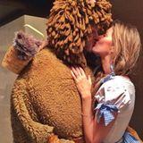 """Wie süß! Topmodel Gisele Bündchen und Ehemann Tom Brady mögen es romantisch. Gisele in ihrem Kostüm als """"Dorothy"""" und Tom als """"Ängstlicher Löwe"""". Natürlich stammen diese Figuren aus dem Filmklassiker """"Der Zauberer von Oz""""."""