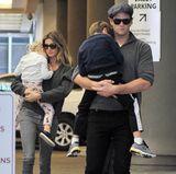 15. Mai 2016  Gisele Bündchen und Tom Brady waren mit ihren Kindern in New York unterwegs. Vivian und Benjamin sind so müde, dass sie sich bei ihren Eltern auf dem Arm zum Schlafen einkuscheln.