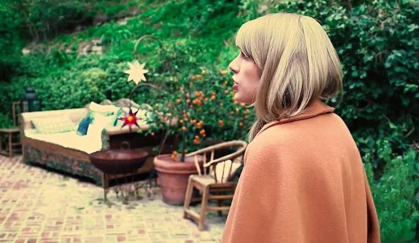 Taylor Swift: Die Sängerin in ihrem Garten.