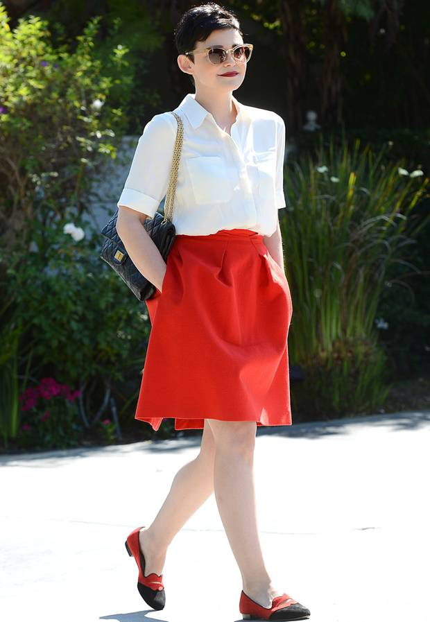 Für eine Gartenparty in Hollywood greift Ginnifer Goodwin auf eine schlichte weiße Bluse, einen roten, ausgestellten Rock und bequeme Slipper zurück.