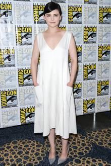 Das dekonstruierte Kleid von Derek Lam verleiht Ginnifer einen androgynen Touch, der in Kombination mit ihrem Pixie-Cut sehr modern wirkt.