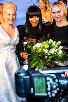 """Moderatorin Barbara Schöneberger mit """"Beauty Idol"""" Naomi Campbell und GALA-Chefredakteurin Anne Meyer-Minnemann"""