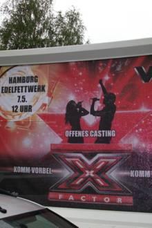 Ein Schild am Wegesrand deutet bereits auf das offene Casting von X Factor in Hamburg hin.