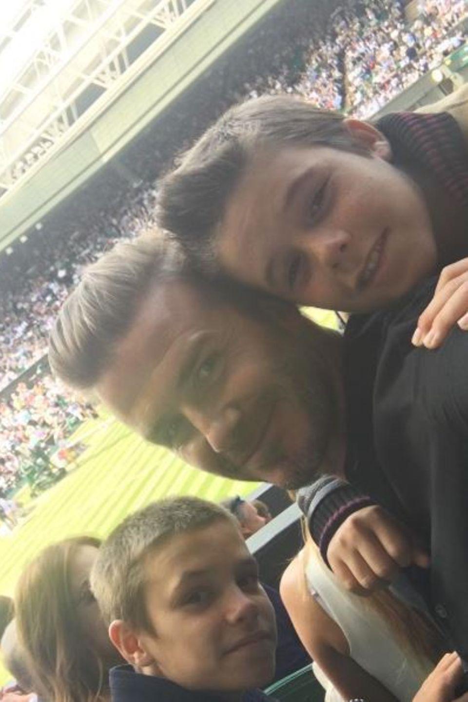 6. Juli 2016  David Beckham mit seinen Söhnen Cruz und Romeo. Das süße Trio fiebert beim Wimbledon-Spiel mit Roger Federer, Andy Murray und Co. mit.