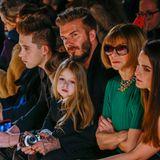 Fashion-Show für die ganze Familie: Harper Beckham sitzt auf dem Schoß von Papa David, dahinter sitzen, etwas versteckt noch Cruz, Brooklyn und Romeo.
