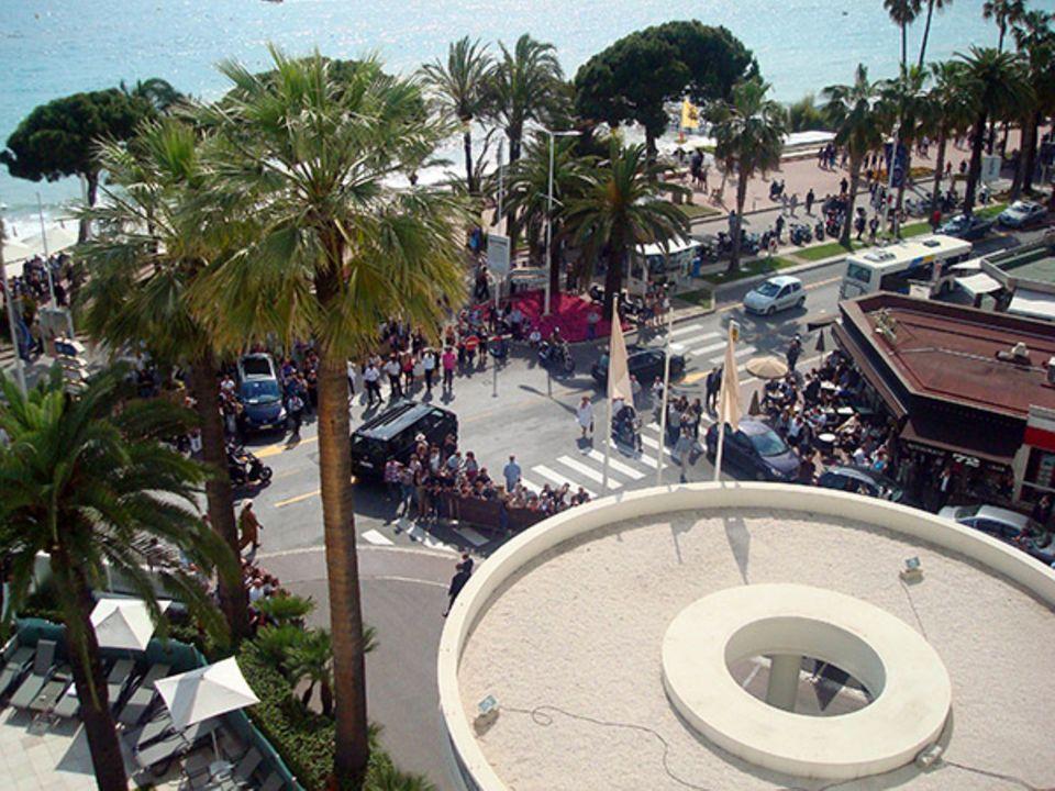Von oben hat man den perfekten Blick auf die Einfahrt zum Hotel. Dort warten Paparazzi und aufgeregte Fans stundenlang, um Bilde