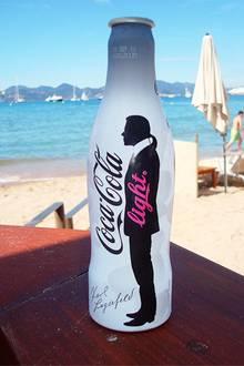 """""""Karl on the Beach"""", die stylischen Cola-Light-Flaschen erfreuen sich - eisgekühlt - größter Beliebtheit."""