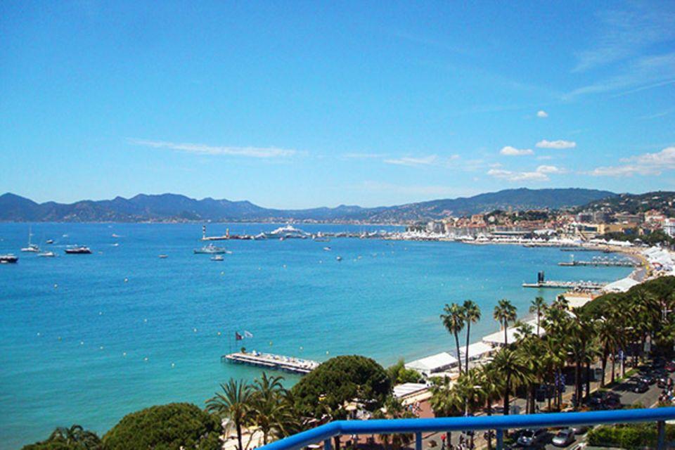 Danach geht es auf die sonnige Terrasse des Hotels. Der Blick ist atemberaubend schön und versprüht Glamour pur.