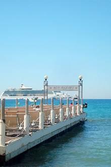 """11.30 Uhr: Vor dem Treffen mit Evangeline Lilly geht es noch auf einen Drink in die Strandbar des """"Hotel Martinez"""". Auf dem Steg"""