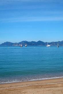 10 Uhr: Ein sonniger Morgen an der Côte d'Azur. Leichte Brise, 20 Grad und die ersten Luxusjachten, die sich im Wasser tummeln.