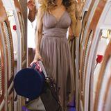 Carrie in einem Kleid von Norma Kamali.