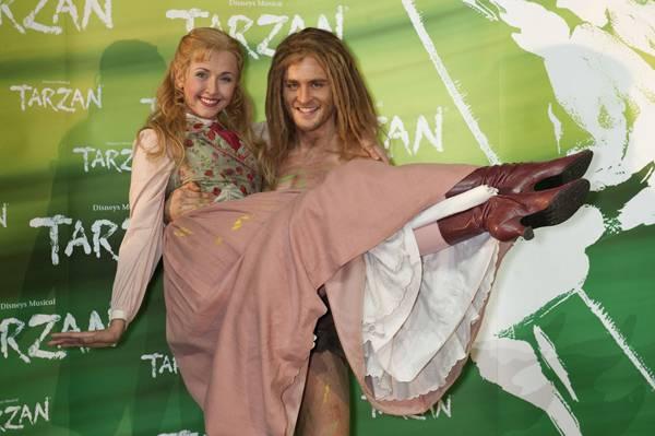 Der neue Tarzan (Alexander Klaws) trägt seine Jane (Elisabeth Hübert) auf Händen über den roten Teppich.