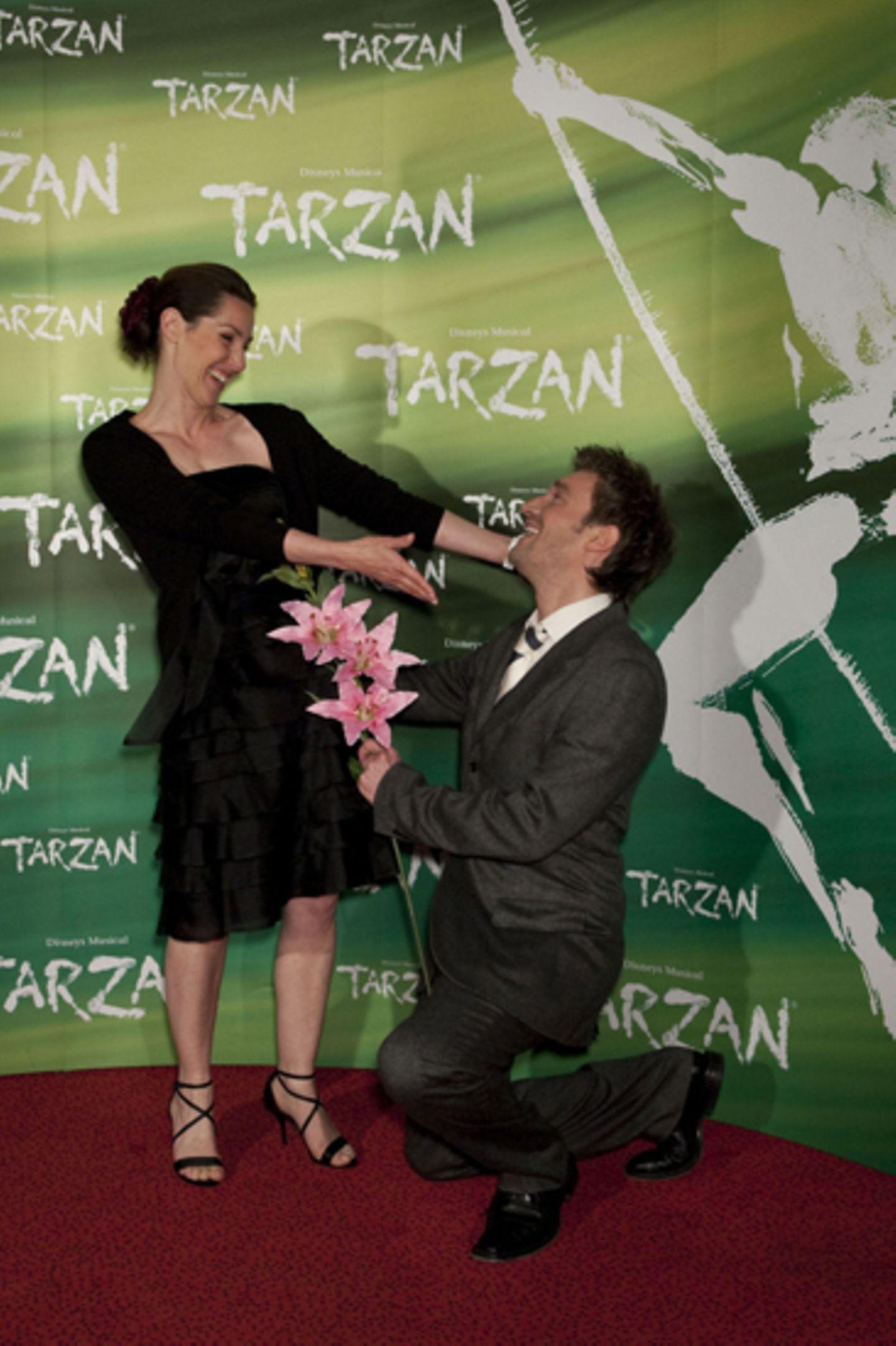 Schauspieler Karim Koester geht vor der Musicaldarstellerin Nicole Seeger auf die Knie.