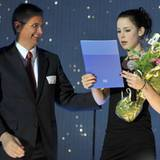 Lena Meyer-Landrut bekommt bei dem Botschaftsempfang von Detlev Rünger, deutscher Botschafter in Norwegen, einen Blumenstrauß üb