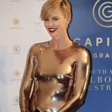 Charlize Theron verzaubert in einem umwerfenden, hautengen Paillettenkleid bei einem Pressetermin in Hong Kong.