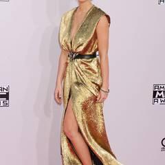 Olivia Munn bezaubert bei den American Music Awards als Goldmarie im festlichen Lamé-Kleid von Lanvin.