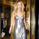 Fließender Übergang: Jennifer Lawrence macht sich im silbernen Negligé-Kleid auf den Weg zu Rihannas privater Aftershow-Party.