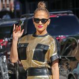Im gold- und ledernen Mini-Kleid von Emanuel Ungaro zeigt Jennifer Lopez, wie sexy der 80er-Jahre-Look sein kann.
