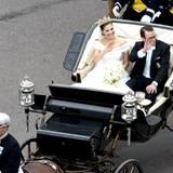 Das Brautpaar während der Kutschfahrt nach der kirchlichen Trauung.